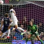 Женский футбол удар головой перед голом
