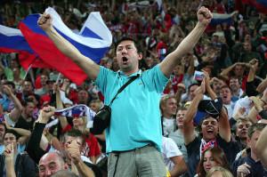 болельщик с российским флагом заводит трибуны своей кричалкой