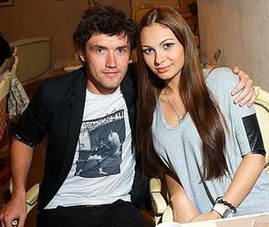 Юра и Инна Жирковы фотографируются на какой-то публичной вечеринке