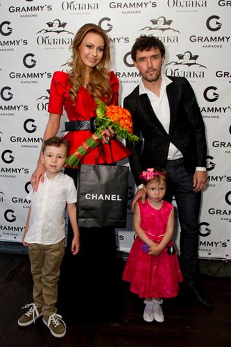 Юрий Жирков со своей женой и детьми на презентации