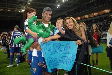Халк со своей женой Иран Халк в Португалии на матче за Атлетико