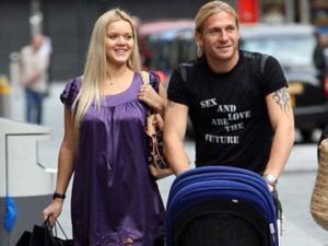 Счастливые супруги Воронины на прогулке с ребенком в коляске